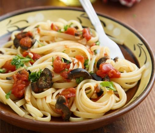 Паста с домати, доматен сос и маслини