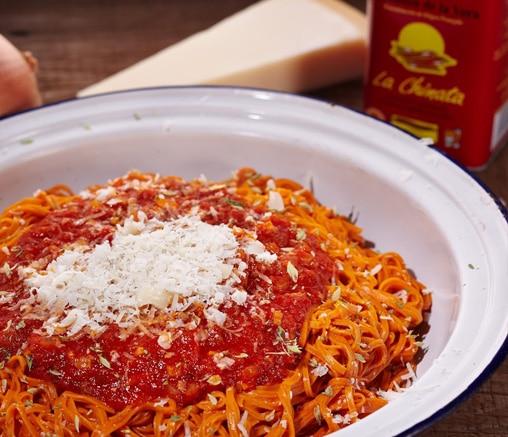 Червена паста /спагети/ с доматен сос и опушен червен пипер на прах