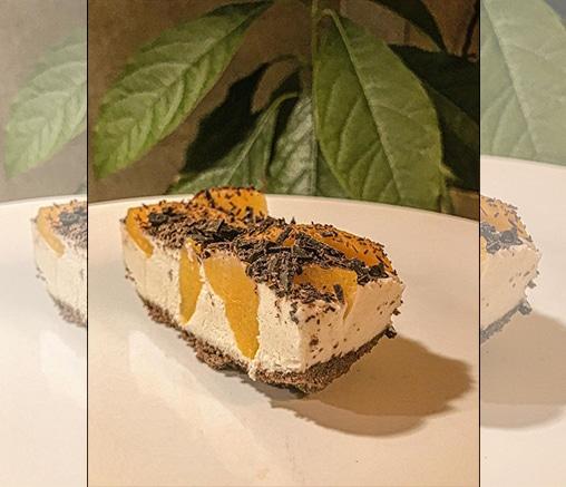 Торта с бял крем, праскови и черен шоколад, от Лили Гелева