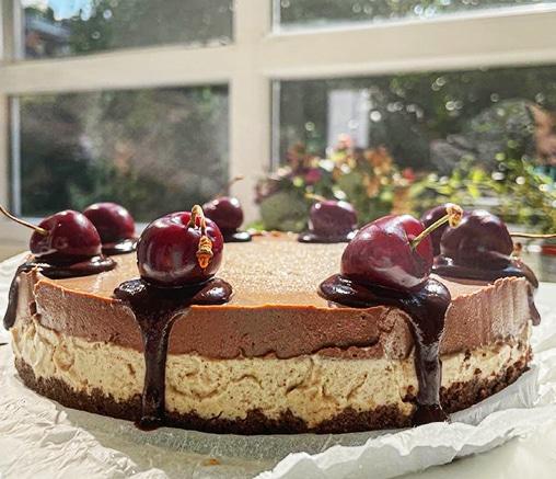 Шоколадова торта със солен карамел и череши, от Лили Гелева